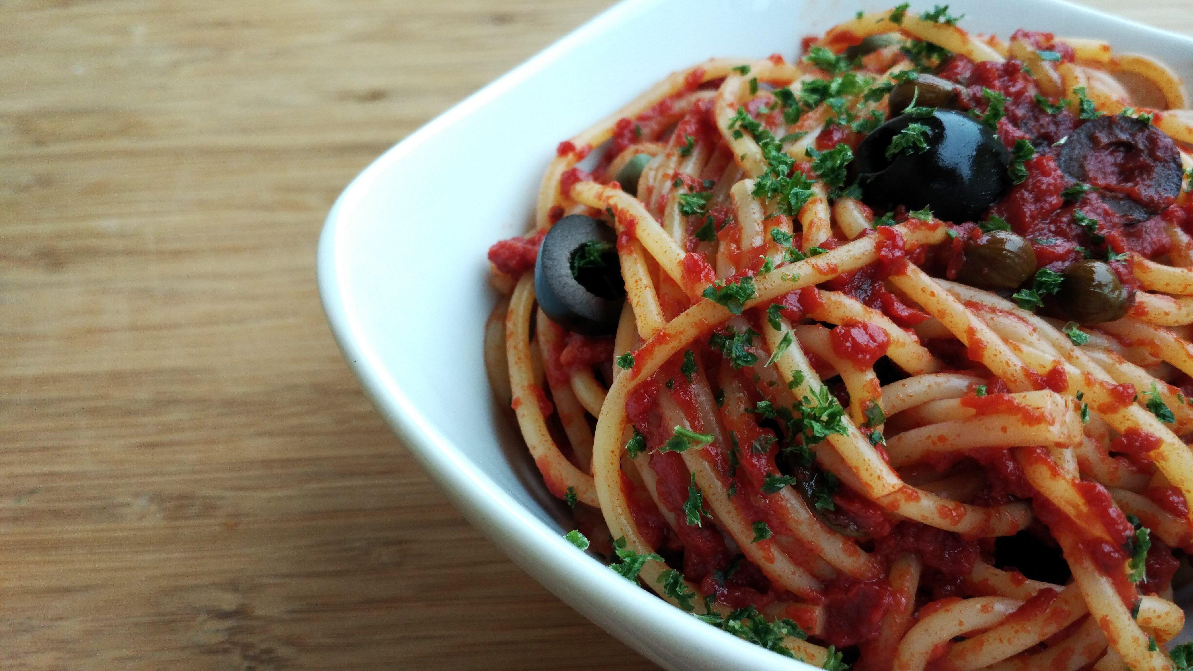 foto van spaghetti en puttanesca-saus