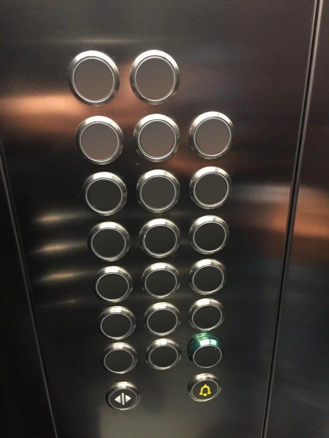 Paneel met knopjes in een lift, maar dan zonder label. Dus je weet niet welke knop je moet drukken om naar een bepaalde verdieping te gaan.