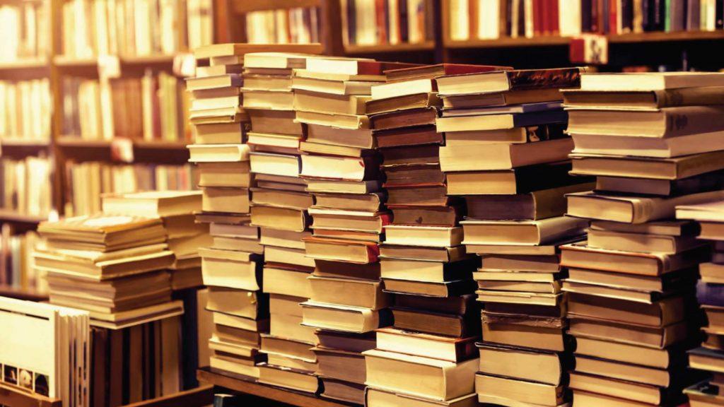 Stapels met boeken